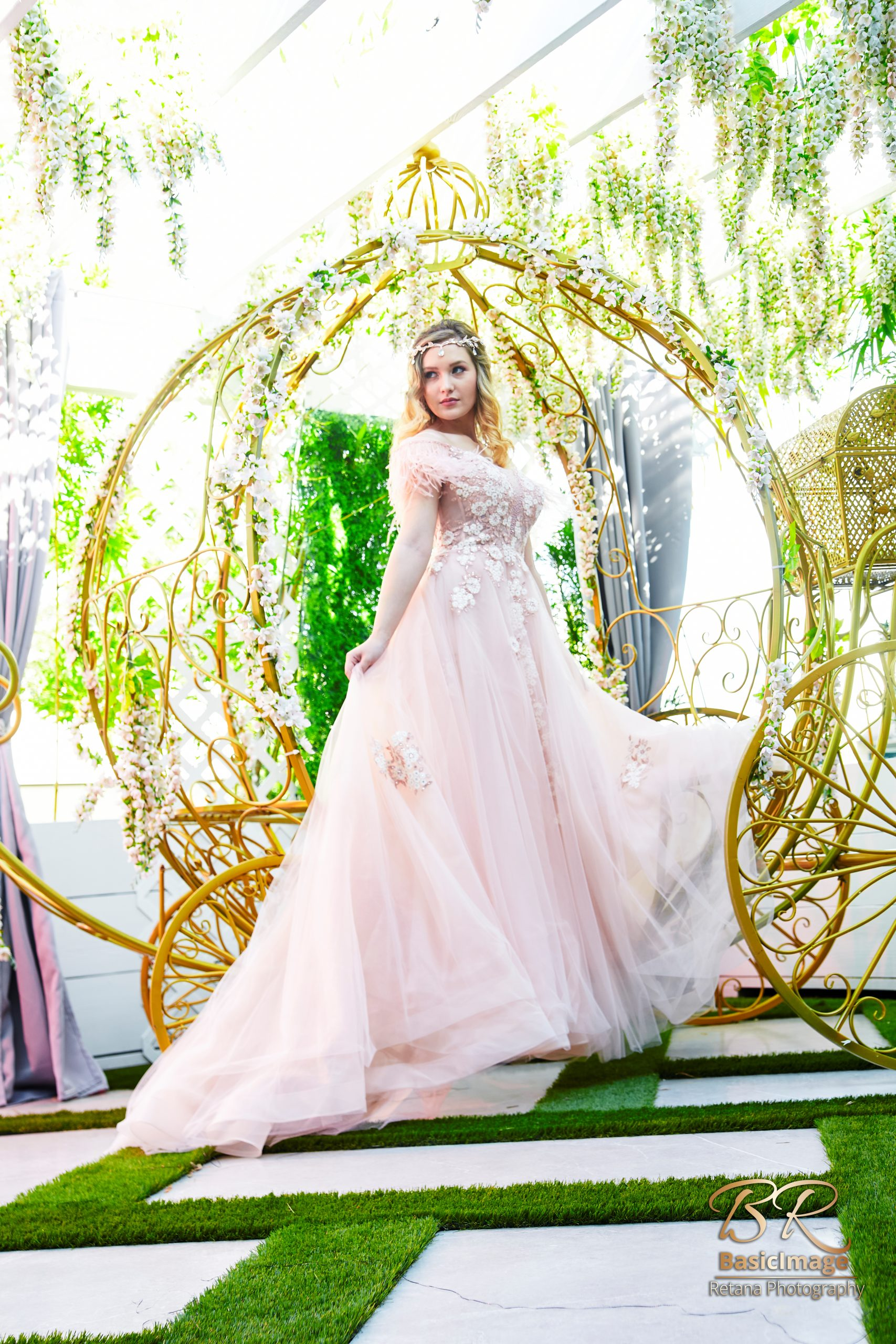 LeVenue garden model pose on carriage with distance